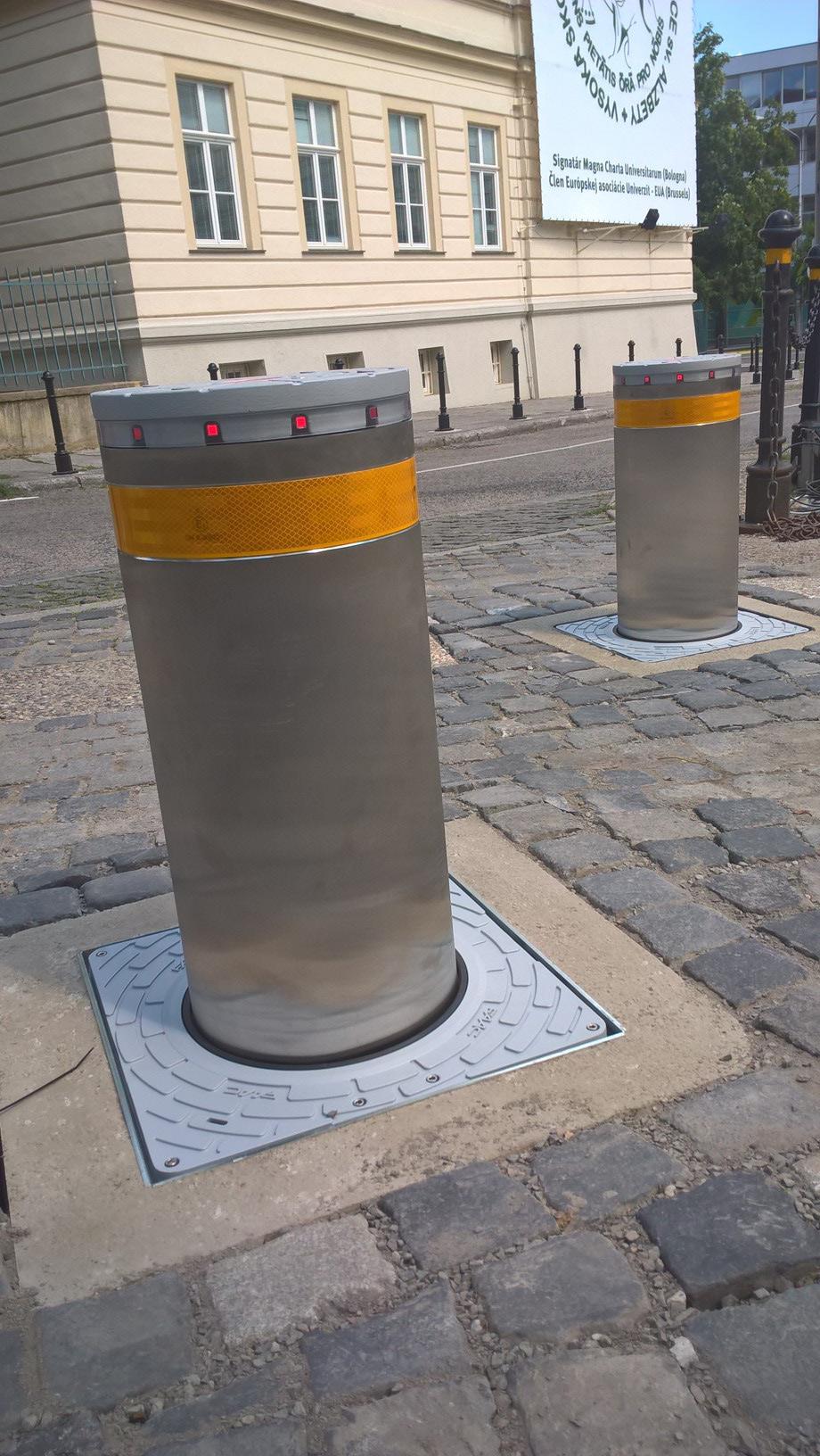 Instalace sloupů v Bratislavě na boční bráně Prezidentského paláce